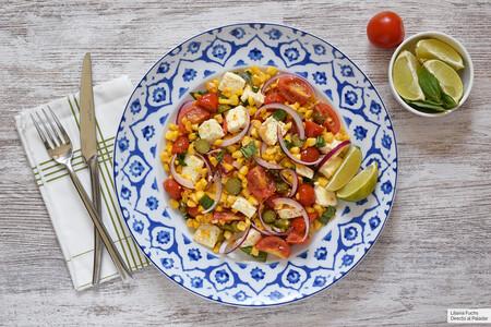 Salteado de maíz, queso feta y tomate con albahaca