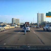 Negligencia nivel: con un patinete eléctrico en autovía, cruzando seis carriles y con los cascos puestos