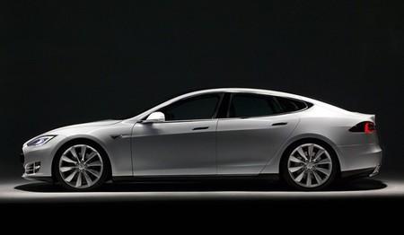 Tesla Model S de perfil en fondo negro