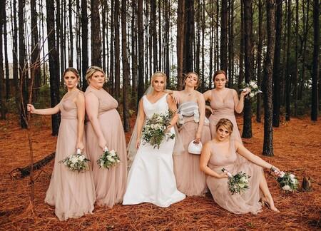 La divertida fotografía viral de una novia con sus damas de honor, donde una de ellas aparece extrayéndose leche