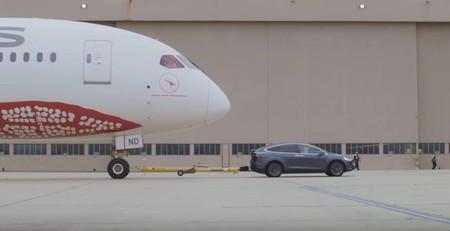 ¿Puede un Tesla Model X remolcar un Boeing 787 Dreamliner de más de 117 toneladas? Vaya que si puede...