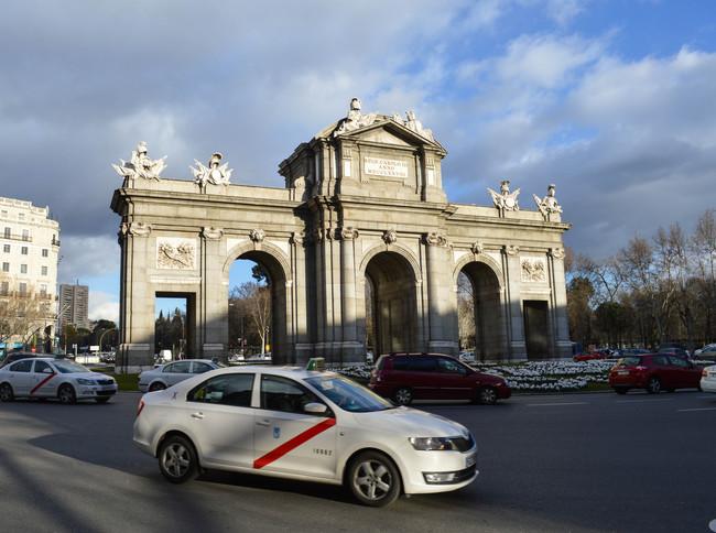 Taxi de Madrid frente a la Puerta de Alcalá
