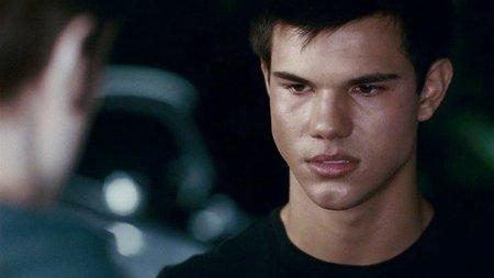 Taylor Lautner le da la patada a Lily Colllins para poder pendonear a gusto