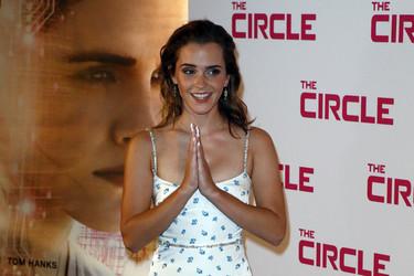 Así es el vestido elegido por Emma Watson en París que nos horroriza y apasiona a partes iguales