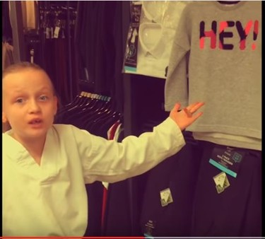 La reacción de una niña al ver el sexismo en la ropa infantil, un enfado muy razonado que se ha hecho viral