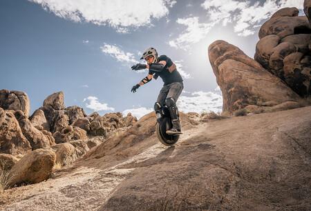 ¡Salvaje! Este monociclo eléctrico con suspensión neumática permite hacer offroad durante 120 km