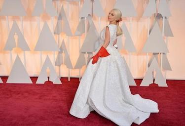 Lady Gaga da la nota en los Oscar 2015, y todo gracias a unos guantes