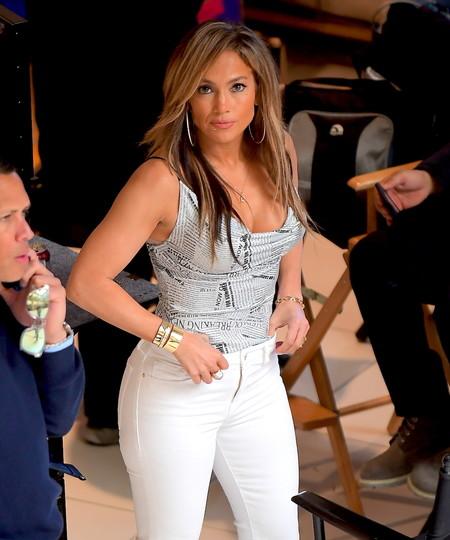 El último estilismo de Jennifer López nos recuerda uno de los looks más míticos de Carrie Bradshaw