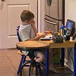 La fotografía viral que muestra la frustración de un niño en sus clases a distancia