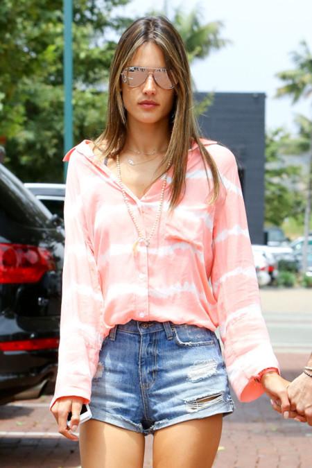 Alessandra Ambrosio hechizada por el tie-dye (acabarás cayendo)