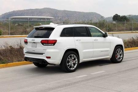 Jeep Grand Cherokee SRT8 atrás
