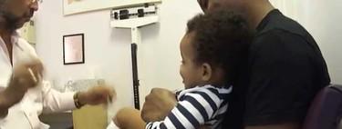 El pediatra que hace magia para conseguir que los niños (casi) no se enteren de las vacunas