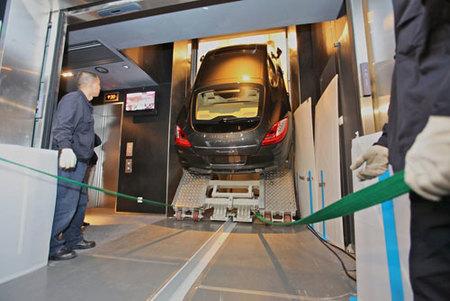 ¿Cómo subir un Porsche Panamera al piso 94?