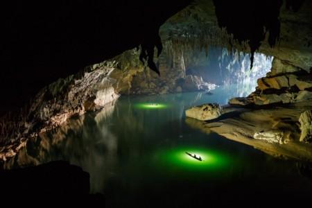 Un fascinante paseo, en drone y kayak, a través de la cueva con río más grande del mundo