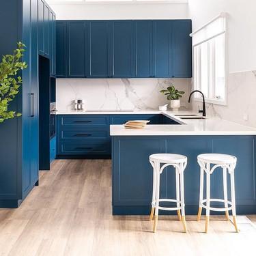 """El """"classic blue"""" también es un buen color para los muebles de cocina"""
