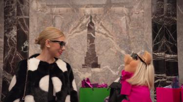 Miss Piggy y Zosia Mamet son las protagonistas del anuncio que nos ha hecho llorar de risa esta Navidad