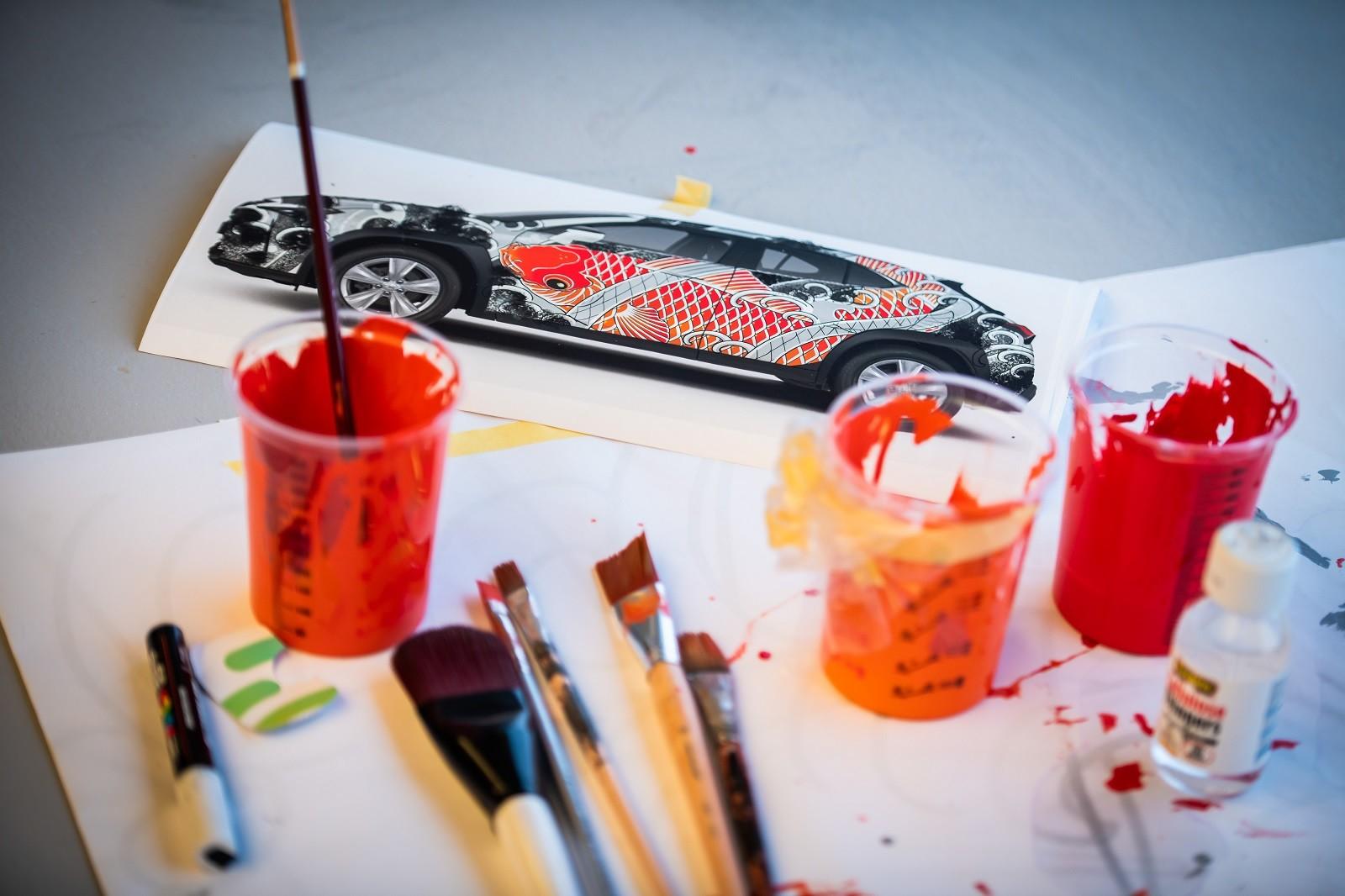 Foto de Lexus UX tatuado (12/27)