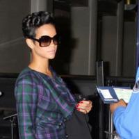 Rihanna también se apunta a la moda tartán en forma de blazer