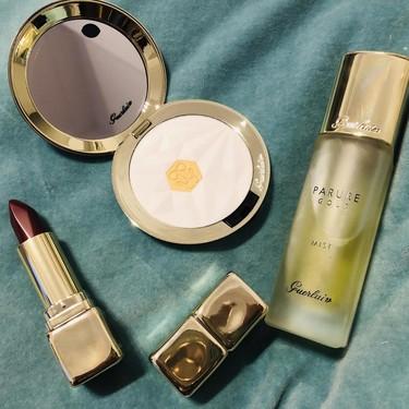 El spray Parure Gold de Guerlain sirve como bruma facial hidratante y fijador del maquillaje a la vez (pero lo mejor es lo luminosa que deja la piel)