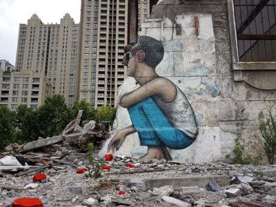 Murales de enormes niños sin rostro, como testigos de algo que no queremos ver