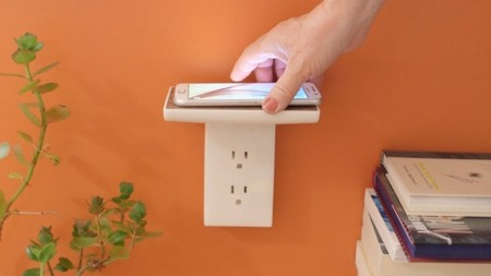 WallJax es una curiosa repisa-enchufe que recarga el móvil de forma inalámbrica
