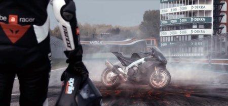 ¡De otro planeta! Max Biaggi y la Aprilia RSV4 1100 Factory de 217 CV rodando a fuego en Imola