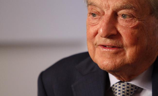 La extrema derecha odia a Soros. Ahora alguien le ha puesto una bomba en el buzón de su casa