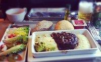 ¿Por qué la comida del avión sabe tan mal?