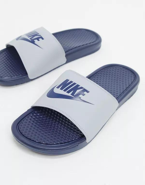 Chanclas en gris lobo/azul marino Benassi JDI de Nike