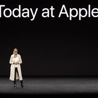 No miren el abrigo, miren a la mujer que ha hecho historia en Apple: el abrigo nos encanta, pero ella más