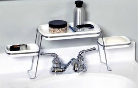 Solución para colocar los accesorios del lavabo en un baño pequeño