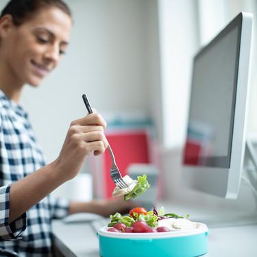 Cuatro reglas para llevar una ensalada al trabajo y que siga siendo apetecible de un día para otro (y 19 ideas para tu tupper)