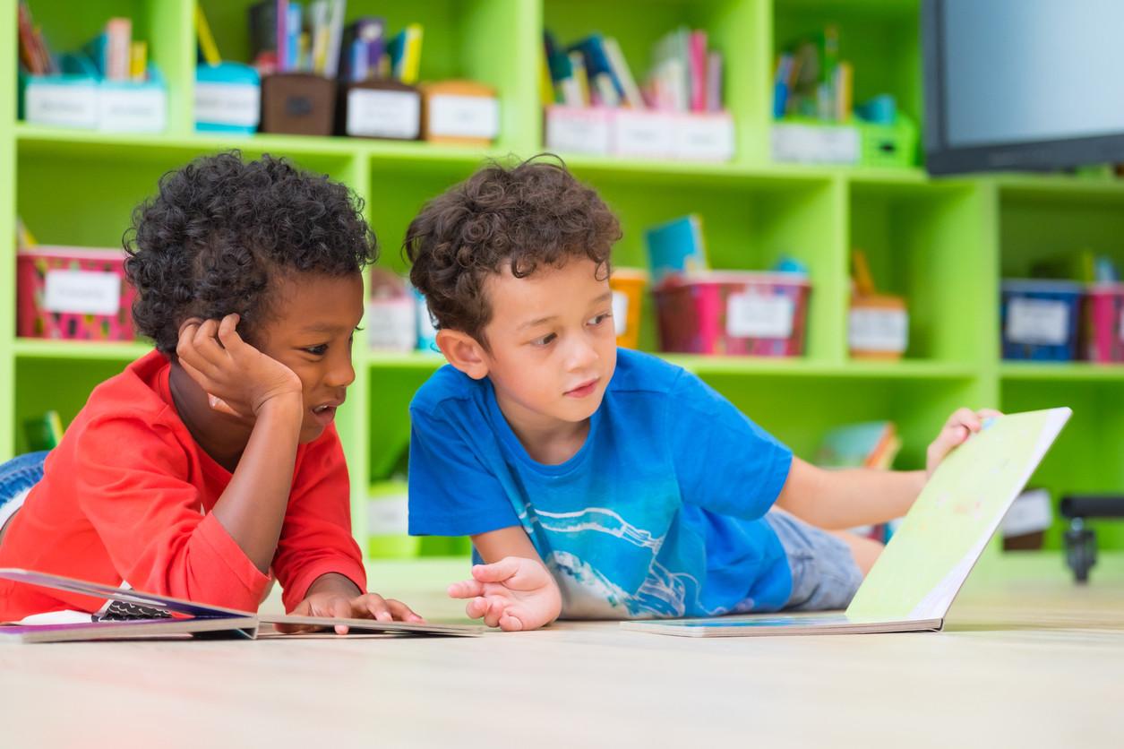 Por qué no debemos obligar a leer a los niños antes de los seis años: su cerebro no está preparado
