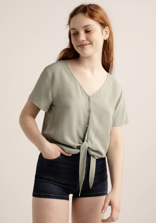 Blusa de mujer con manga corta y nudo