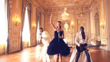 Subidón para empezar el fin de semana: el mundo de la moda baila de la mano de Justin Wu