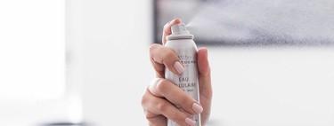 Si el ambiente de tu casa te reseca la piel, puedes usar una de estas brumas faciales a lo largo del día sobre tu rostro para refrescarla
