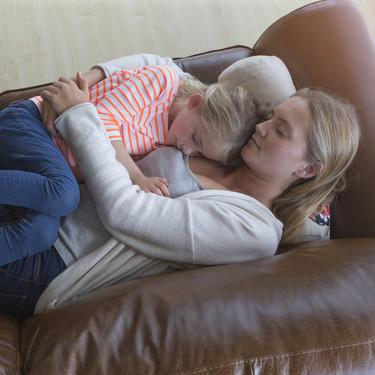 """Si tu hijo parece tener """"mamitis"""" no estás imaginándolo: te contamos por qué los niños nos necesitan más que nunca"""