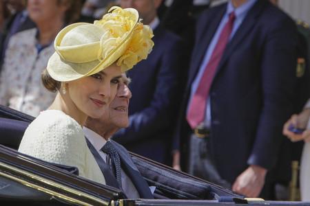 Doña Letizia desafía a la mala suerte con un perfecto look en amarillo