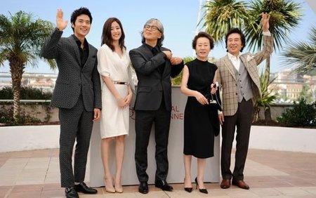 Im Sang-soo y los protagonistas de su nueva película en Cannes