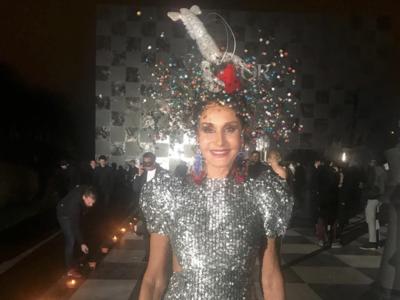 Así es el tocado de Naty Abascal que ayer revolucionó las redes sociales en el baile de máscaras de Dior