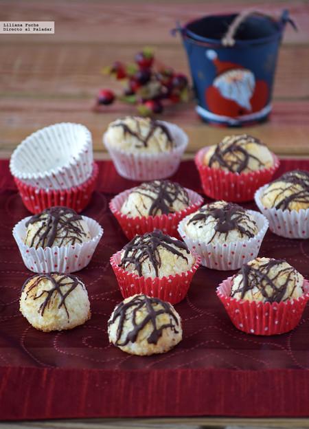 Kokosmakronen o bolitas de coco, mazapán y chocolate. Receta de Navidad
