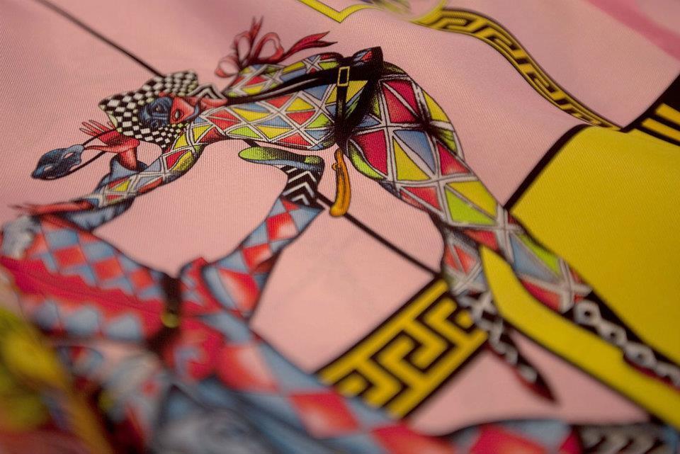 Foto de Versace se pone las pilas y re-edita sus clásicas camisas de seda estampadas  (7/8)