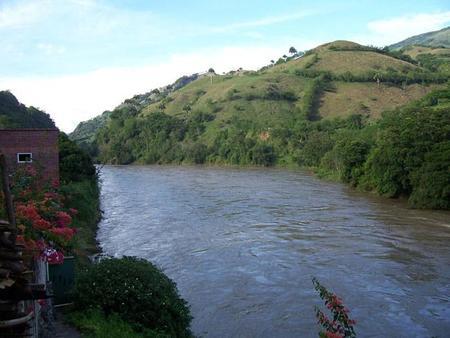 Compañeros de ruta: entre trekking por ríos colombianos, miel de abejas y ciudades medievales a la voz de ¡marche!