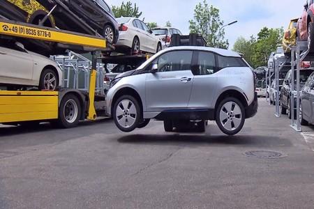 Si quieres pasarlo un poco mal, mira cómo BMW recicla sus coches en este interesante vídeo