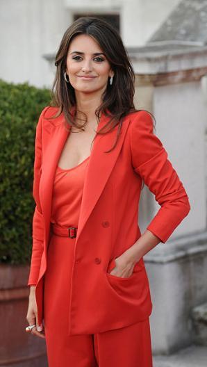 El look rojo de Penélope Cruz en Londres: un estilo retro y glamuroso