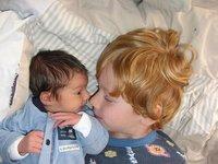 Evitar los celos entre hermanos: más que ayudar a cuidar al bebé, que se sienta a gusto