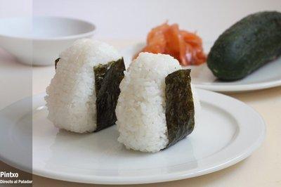 Receta de onigiri de pepino y salmón