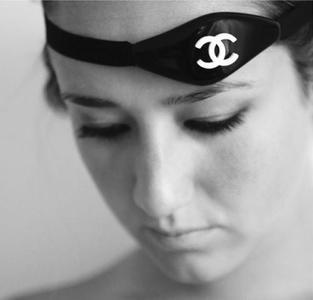 Tatuaje Chanel transparente: sólo tu piel, sin agresiones