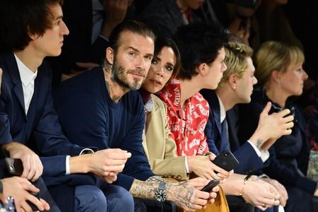 Los Beckham y demás celebridades despidieron a Kim Jones en su último desfile para Louis Vuitton en París