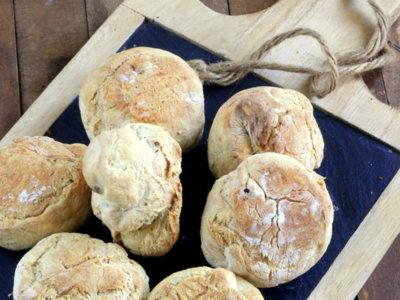 Panecillos de trigo y pasas al curry. Receta de pan